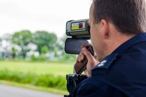 Der RIEGL FG21-P Laser-Blitzer misst die Geschwindigkeit von Fahrzeugen.