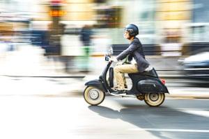 Mit dem Roller fahren zu dürfen, bedeutet für junge Menschen Flexibilität.