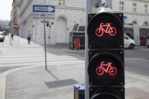 Eine rote Ampel mit dem Fahrrad zu missachten, kann den Führerschein kosten.