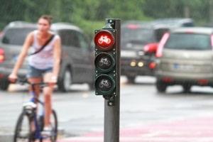 Ein Rotlichtverstoß stellt auch für Radfahrer eine Ordnungswidrigkeit dar.