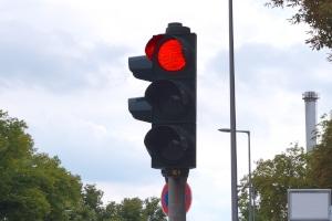 Nach einem Rotlichtverstoß nicht angehalten worden zu sein, bedeutet nicht automatisch Straffreiheit.