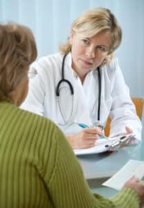 Wer bei der Schadensregulierung Schmerzensgeld geltend machen will, sollte sich seine Beschwerden durch einen Arzt bestätigen lassen.