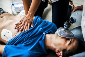 Schmerzensgeld beim Brustbeinbruch: Auch Maßnahmen zur Ersten Hilfe können zu dieser Verletzung führen.