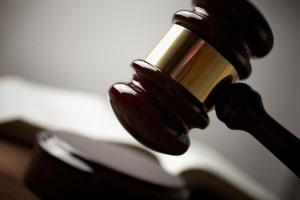 Ob Ihnen ein Schmerzensgeld bei einer Ellenbogenfraktur zusteht, entscheidet meist ein Gericht.