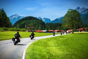 Bei Krafträdern fährt oft das Risiko mit. Ist dennoch Schmerzensgeld bei einem Motorradunfall möglich?