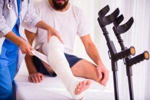 Schmerzensgeld: Ist das Sprunggelenk gebrochen, folgt auf die medizinische Versorgung meist eine Physiotherapie.