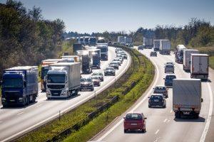 """Der Begriff """"Schnellstraße"""" wird umgangssprachlich genutzt, wenn von Kraftfahrtstrfaßen die Rede ist."""