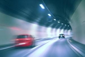 In Tunneln werden aus Sicherheitsgründen nur Schwarzlichtblitzer mobil oder stationär eingesetzt.