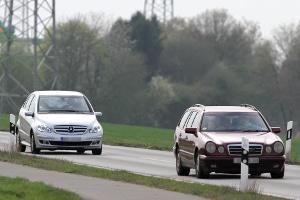 Der Sicherheitsabstand außerhalb geschlossener Ortschaften muss stets der Geschwindigkeit angepasst werden.