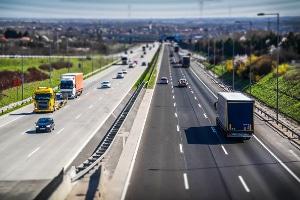 Welcher Sicherheitsabstand muss außerorts zum vorausfahrenden Fahrzeug eingehalten werden?