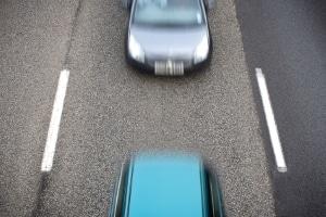 Wird der Sicherheitsabstand auf der Autobahn missachtet, droht mindestens ein Bußgeld.