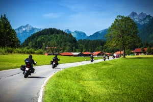 Der Sicherheitsabstand auf der Landstraße gilt auch für Motorradfahrer.