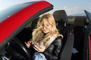 Das Schreiben und Lesen von SMS am Steuer während der Fahrt ist verboten.