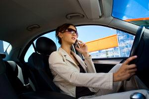Neben dem Verfassen von SMS während der Fahrt ist auch das Telefonieren nicht erlaubt.