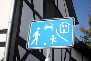 In der Spielstraße zu schnell gefahren? Ein Bußgeld, Punkte in Flensburg oder ein Fahrverbot drohen.