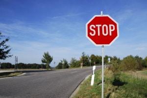 An einem Stoppschild ohne Haltelinie gilt die Sichtlinie. Sie müssen dann an dieser anhalten.