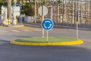 Ein Bußgeld oder eine Strafe können auf Driften im Kreisverkehr folgen, wenn Sie unnötigen Lärm verursachen und andere gefährden.