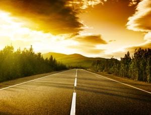 Wie viel müssen Sie von einer Straßenkuppe mindestens noch entfernt sein, um überholen zu dürfen?
