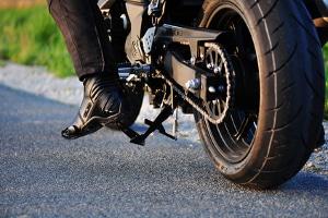 Straßenverkehrsordnung: Mit dem Motorrad müssen Sie dieselben Vorschriften einhalten wie Pkw-Fahrer auch.