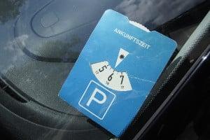 Gemäß Straßenverkehrsordnung muss die Parkscheibe blau sein.