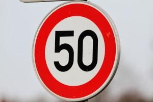 Streckenverbote können durch verschiedene Verkehrszeichen angezeigt werden.