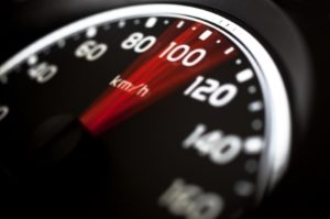 Gemäß StVO muss die Geschwindigkeit am Fußgängerüberweg verringert werden.
