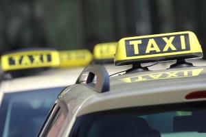 Taxifahrern ist das Parken in zweiter Reihe ausnahmsweise gestattet.