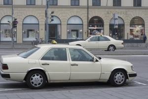 Auch Taxis dürfen in der Halteverbotszone nicht parken. Fahrgäste ein- und aussteigen zu lassen, ist aber meist erlaubt.