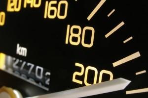 Traffipax TraffiStar S 540: Registrieren die Sensoren zu schnelle Fahrzeuge, löst der Blitzer aus.