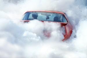 TÜV: Stößt Ihr Auto zu viele Abgase aus, kann die Prüfplakette verweigert werden.