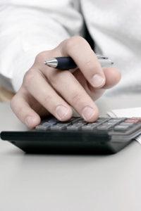 TÜV-Gutachter: Die Kosten variieren je nach Schadenshöhe.