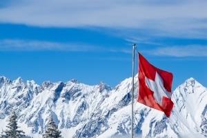 Das Überfahren der Sicherheitslinie mit einem Pkw kann in der Schweiz eine Straftat darstellen.
