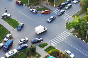Das Überholen auf einer Kreuzung ist überraschenderweise erlaubt - aber nicht ohne Einschränkungen.
