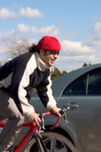 Rechts überholen vor Kreuzungsbereich: Fahrradfahrer dürfen das!