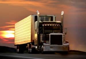 Das Überholverbot für Lkw nicht beachtet? Hohe Strafen können folgen.