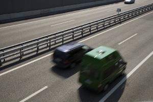 Eine Überschreitung der Höchstgeschwindigkeit auf der Autobahn führt zu Sanktionen.
