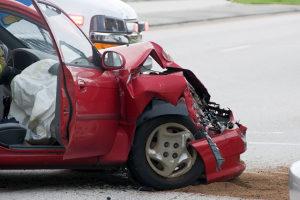 Ein unabhängiger Gutachter kann den Schaden an einem Unfallauto einschätzen.