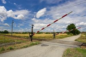 Ein Unfall auf einem Bahnübergang soll durch Schranken verhindert werden.