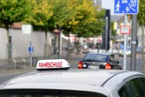 Ein Unfall mit dem Fahrschulauto ist in aller Regel versichert.