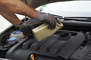 Ein Unfall wegen einer Ölspur kann durch das Auslaufen von Motoröl aus einem Fahrzeug verursacht werden.