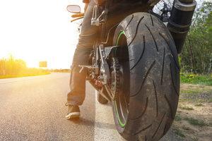Ein Unfall wegen einer Ölspur ist besonders für Motorradfahrer sehr gefährlich.