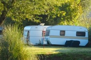 Um einen Unfall mit dem Wohnwagen zu verhindern, sollten Sie das Fahren vor dem Urlaub üben.