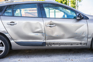 Ein unfallanalytisches Gutachten stützt sich unter anderem auf die Art der Beschädigung am Fahrzeug.