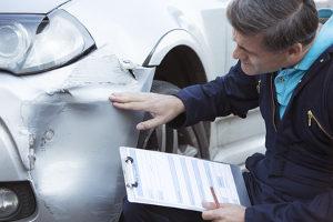 Ein Unfallgutachter ermittelt unter anderem die Wertminderung des beschädigten Fahrzeugs.