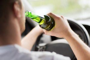 Wer unter Einfluss von Alkohol einen Unfall gebaut hat, kann hart bestraft werden.