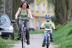 Erst nach der Verkehrserziehung mit dem Fahrrad in der Grundschule sollten Kinder alleine zur Schule fahren.
