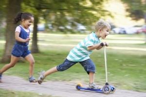 Vorbereitung für die Verkehrserziehung mit dem Fahrrad: Ein Roller schult das Gleichgewicht.