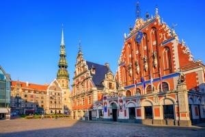 Welche besonderen Verkehrsregeln gelten in Lettland?