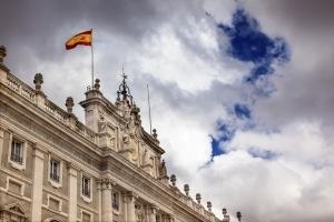 Bevor Sie sich mit dem Mietwagen in den Verkehr stürzen, sollten Sie sich über die Verkehrsregeln in Spanien informieren.