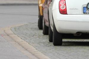 Nur bei einem entsprechenden Verkehrsschild darf der Gehweg zum Parken genutzt werden.